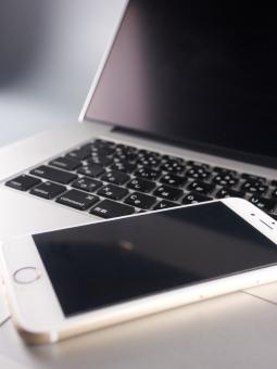 スマートフォン ノートパソコン パソコン スマホ 携帯電話 デバイス モバイル クラウド ビジネス ビジネスマン IT OS アップル スクリーン 画面 端末 インターネット ブロードバンド 通信 通信機器 ユーザー アップデート スマートデバイス キーボード サイバー犯罪 バッテリー データ ハッキング WiFi 無線LAN