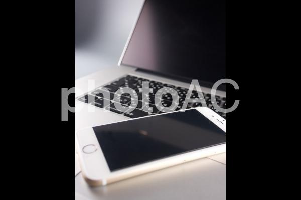 スマートフォンとノートパソコン03の写真