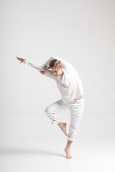 ダンス ダンサー ポーズ 体勢 姿勢 体位 ステップ 踊る 踊り 運動 スポーツ 振り付け 振付 振り 男性 男 外国人 金髪 若い 全身 バレエ バレリーナ 足 脚 片足 片足立ち 手 腕 上げる 掴む 俯く 背景 白 ホワイト mdfm074