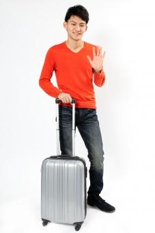 人物 生物 人間 男性 若い 青年 アジア アジア人 日本 日本人 ポーズ モデル ラフ 私服 オフ 赤い オレンジ 立つ 持つ キャリーケース ケース スーツケース 大きい トランク 旅行 荷物 旅 mdjm002