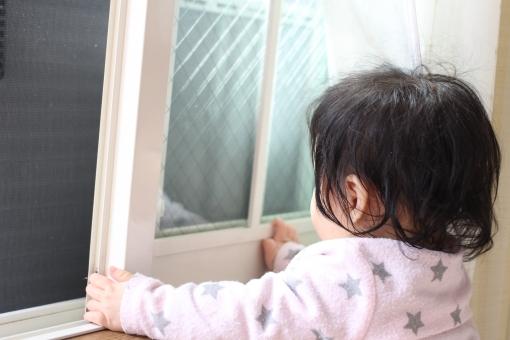 窓 女の子 赤ちゃん 1歳 後姿 一歳 1才 一才 子供 子ども 1才 1歳 後ろ姿 うしろ姿 家 家の中 窓際 japan japanese 黒髪 黒 ピンク 星 星柄 スター kid baby girl black window