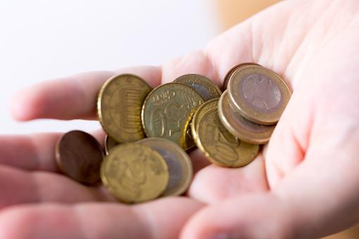 お金 コイン 通貨 貨幣 小銭 つり銭 マネー 外国 外貨 貯金 貯蓄 金融 経済 ビジネス 価値 チップ お釣り ユーロ ヨーロッパ 海外 手 手のひら 掌 アップ 白バック 白背景 硬貨 EU ユーロコイン セント