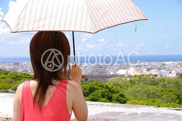 日傘を持つ女性の写真