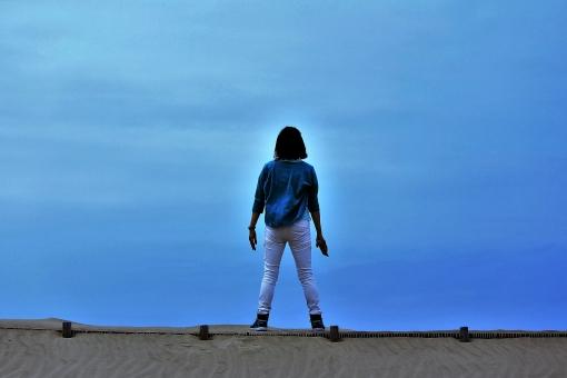 砂浜 女性 決意 ビーチ 決断 海 叫ぶ 絶叫 大声 白いパンツ 女の人 おーい 踏ん切り 青空 大海原 空 雲 涙 決意の場所 訣別 決別 望郷 仁王立ち 一人旅 彼女 復活 いつか