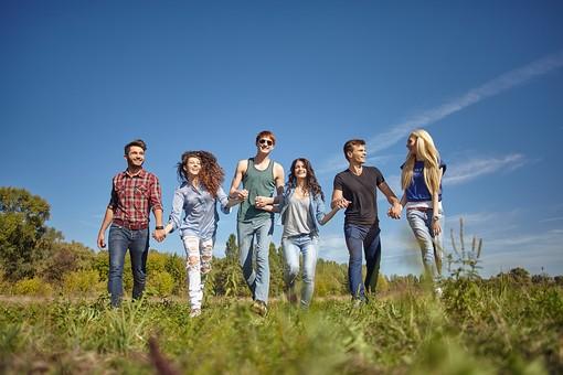 人物 外国人 モデル 男性 女性  男女 複数 グループ 仲間 友達  20代 若者たち 大学生 屋外 野外  草原 青空 ファッション カジュアル 一列 並ぶ 歩く 前進 進む 笑顔 楽しい 和やか 和気あいあい 仲良し 全身 手をつなぐ 絆   爽やか 青春   mdff025 mdff026 mdff027 mdfm007 mdfm008 mdfm009