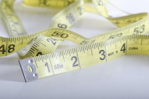 数字 目盛り メジャー 巻尺 長さ 採寸 測る 身体測定 計測 寸法 道具 工具 洋裁 DIY 工作 建築 裁縫 アップ 素材 ロール ものづくり 屋内 白バック 白背景 サイズ スティルライフ 黄 スチルライフ