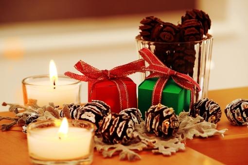 クリスマス 聖夜 クリスマスイブ クリスマスパーティー クリスマスプレゼント クリスマスイメージ 松ぼっくり 飾り パーティー 祝う イベント 行事 温かい 暖かみ 温かみ 暖かい パーティーシーン ホームパーティー クリスマスシーズン ろうそく 灯り 灯 キャンドル キャンドルライト 冬