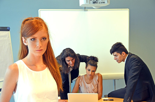 会社 オフィス内 ビジネス 仕事 職場 屋内 室内 働く スーツ 人物 男性 女性 ネクタイ 上司 部下 先輩 後輩 白人 インターナショナル 外国人 外人 外人男性 外人女性 白人女性 白人男性 グローバル パソコン IT デスク 同僚  mdff125 mdff126 mdfm071 mdfm072