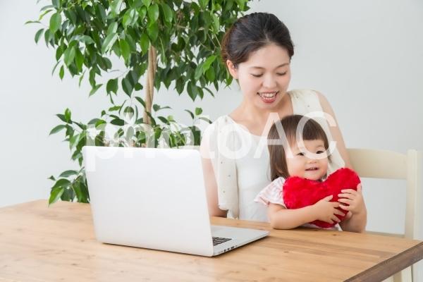 ノートパソコンと親子の写真