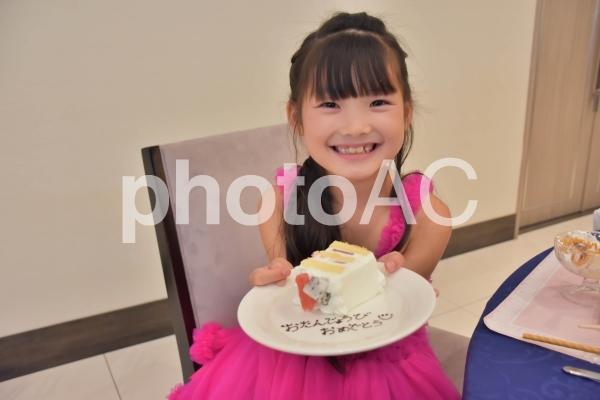 お誕生日おめでとうのケーキを持つ子供の写真
