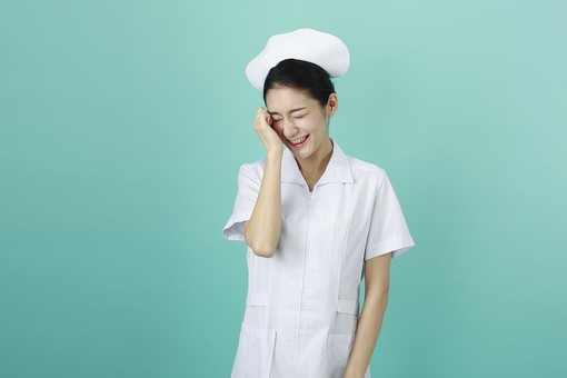 人物 女性 日本人 20代 30代   仕事 職業 医療 病院 看護師   ナース 白衣 看護 屋内 スタジオ撮影   背景 グリーンバック おすすめ ポーズ 上半身 照れる 恥ずかしい うっかり 失敗 照れ笑い 笑う mdjf010