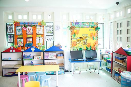 マレーシア 海外 外国 旅行 東南アジア アジア マレー半島 ボルネオ島 ASEAN クアラルンプール プトラジャヤ ジョホールバル 子 子ども 子供 幼児 幼稚園 学校 保育園 児童館 教室 掲示 カラフル 机 テーブル