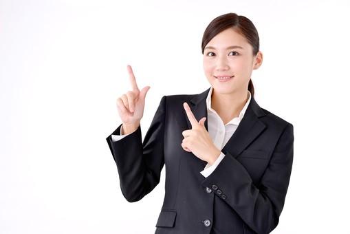 人物 日本人 女性 若い 若者  20代 スーツ 就職活動 就活 就活生  社会人 OL ビジネス 新社会人 新入社員  フレッシュマン 面接 真面目 清楚 屋内  白バック 白背景 上半身 指差し 指さす 両手 上 注目 ポイント 案内 説明 ビジネスマン mdjf007