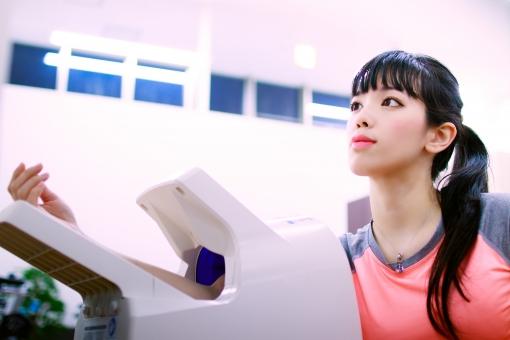 ジムで血圧検査する女性の写真