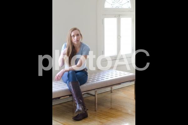ベットに座る外国人女性の写真