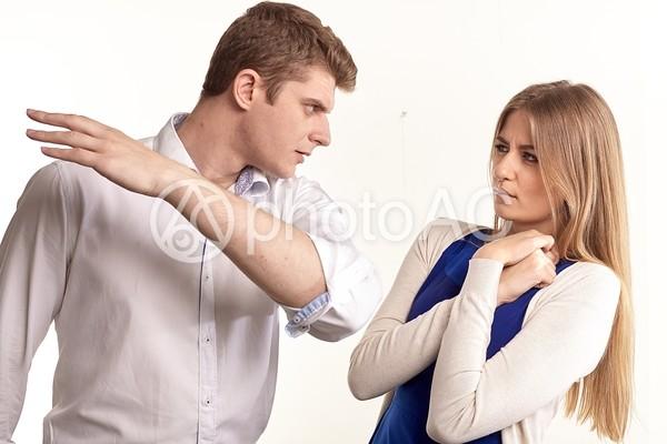 平手打ちをする男性4の写真