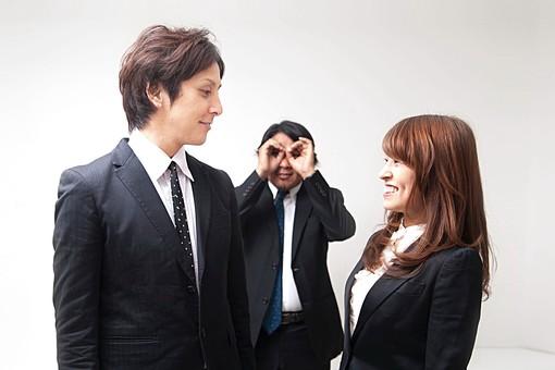 人物 日本人 男性 女性 20代 40代 若者 上司 部下 カップル 社内恋愛 オフィスラブ 怪しい 発見 笑顔 見つめあう 内緒 屋内 白バック 白背景 会社 オフィス ユーモラス コミカル 覗く サラリーマン OL オーバーリアクション mdfj012 mdjm009 mdjm010