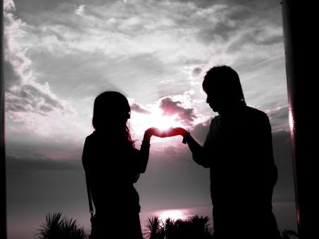 江ノ島 江の島 夕日 夕焼け 夕暮れ 夕陽 カップル 愛情 育む 出会い 出逢い 愛 恋 歩 手をとる 見つめ合う 恋人 モノトーン モノクロ