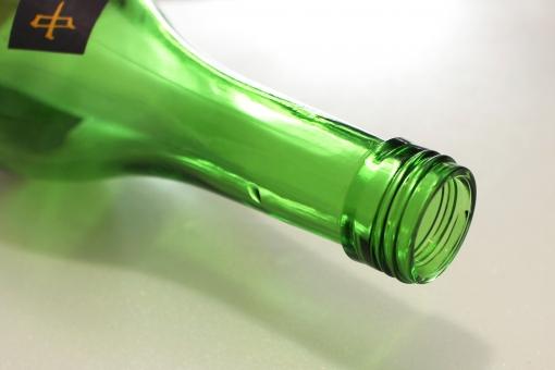 空き瓶 空 カラ 瓶 ビン 日本酒 お酒 酒 飲み干す 飲み過ぎ 酔っ払い 酔い 酔っぱらい 緑 グリーン ガラス 飲み口 瓶の口 光