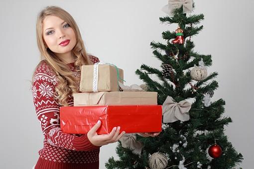 白バック 白背景 グレーバック 外国人 白人 金髪 ブロンド 20代 30代 女性 セーター ニット ノルディック柄 スカート クリスマス Christmas X'mas クリスマスツリー ツリー モミ もみの木 樅の木 モミの木 飾り オーナメント ボール リボン ブーツ 松ぼっくり 立つ プレゼント 箱 ボックス 贈り物 BOX 持つ 重ねる カメラ目線 mdff129