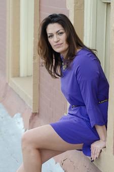 人物 女性 女 20代 30代 外国人 白人 外人 ワンピース チュニック 紫 パープル ベルト 座る 腰掛ける 壁 建物 屋外 笑顔 スマイル 優しい 美しい 表情 ポーズ ポートレート mdff058