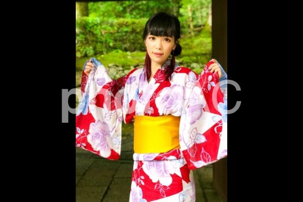 花柄の浴衣を着た女性の写真
