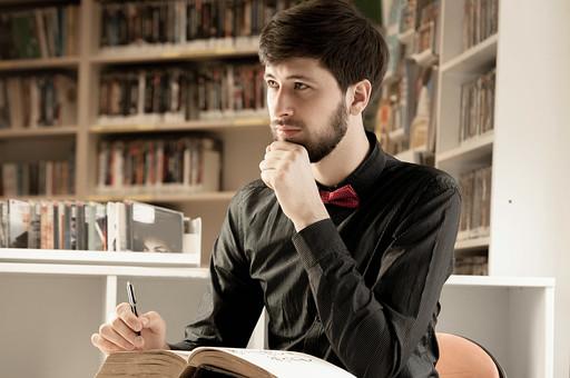 本 ブック 書物 書籍 図書 読書 読む 趣味 勉強 人物 男性 男 外国人 若い 若者 髭 20代 上半身 顎 手 ペン 書く 考える 考え込む ページ 捲る めくる 開く 接写 クローズアップ 横顔 図書館 図書室 本棚 書棚 mdfm079