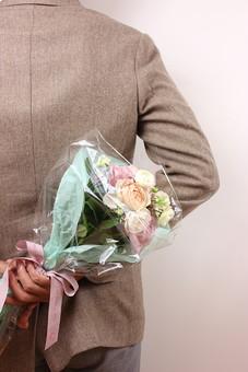 花 植物 薔薇 ばら バラ 綺麗 美しい 切花 切り花 花びら 花束 フラワーアレンジメント プレゼント ギフト 男性 手 持つ 渡す 後ろ サプライズ プロポーズ 告白 愛 ホワイトデー クリスマス 誕生日 記念日 恋人 友人 友達