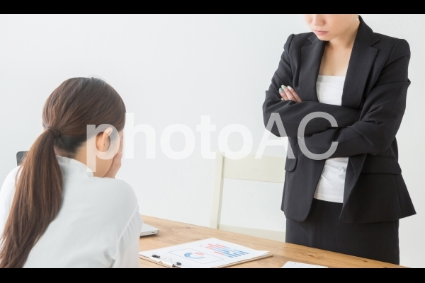 怒る女性の写真