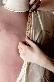 屋内 室内 裁縫 洋裁 ソーイング 縫製 服 洋服 服作り 手芸 クラフト ハンドクラフト 家事 作業 仕事 デザイナー トルソー 布 生地 かける 掛ける 着せる 試す 手 測る メジャー まち針 待ち針 留める