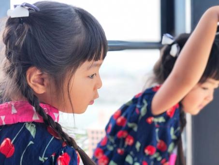 福岡タワーから景色を見る少女の写真