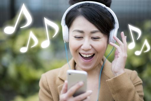 音楽を聴く女性の写真