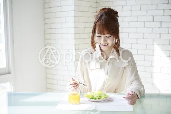 朝食をとる女性13の写真