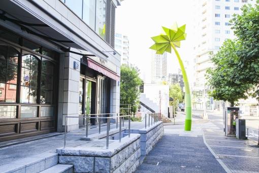 代官山 街 町 おしゃれ ショップ レストラン カフェ 通り ストリート ショッピング 大人 都会 東京 渋谷区 ビル 建物 歩道 街路樹 木 ウィンドウ ウィンドウショッピング 散歩 街角 風景 景色 都心 モニュメント 都心