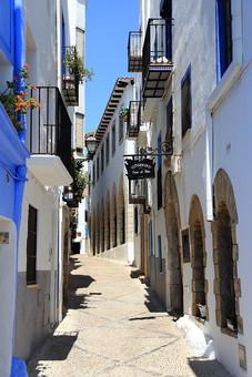 スペイン 外国 風景 景色  青空 建物 白い建物 植物 木 ベランダ 石畳 道 路地 観光地 旅行 街 無人 家 コントラスト 窓 街並み 家々