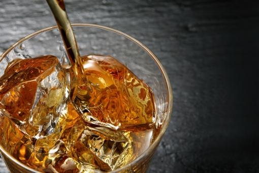 食品 飲料 アルコール ウイスキー 琥珀色 スコッチ オンダロック ロック ロックグラス 酒 バー 大人の時間 ウイスキーアップ ウイスキーを注ぐ 氷 男の時間 ドリンク グラス 光 ムード 大人の雰囲気 透明感 待ち受け画面 ポストカード コピースペース アンバー 語らい