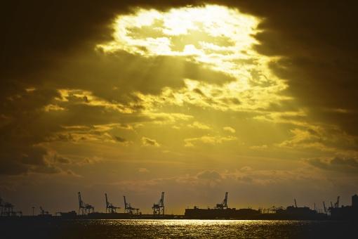 ガントリークレーン クレーン 工事 工事現場 建設 建設現場 並ぶ 仕事 ビジネス 自然 空 雲 光 太陽 陽射し 注ぐ 太陽光 幻想的 高い 広い 壮大 広大 雄大 無人 風景 景色 景観 海 水 海水 水面 輝く 照らす