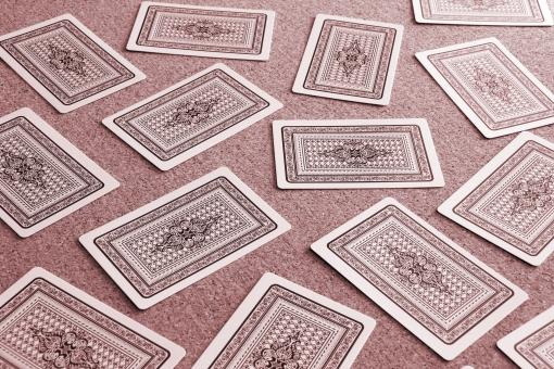 ゲーム トランプ カードゲーム カード 枚数 紙 トランプゲーム 人数 大勢 パーティー イベント 子供 大人 みんな 開く 遊ぶ 背景 素材 ばら撒く ばらまく めくる 捲る ふせる 伏せる 遊ぶ ゲームをする 大会 楽しむ 楽しい 時間