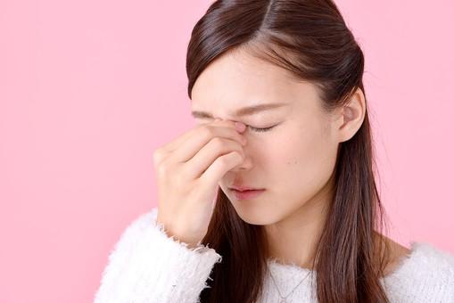 人物 女性 日本人 若者 若い  20代 美人 かわいい ロングヘア カジュアル  ラフ 私服 セーター ニット 屋内  スタジオ撮影 背景 ピンク ピンクバック ポーズ  おすすめ 顔 目頭 押さえる 疲れる 疲労 眼精疲労 悩む mdjf007