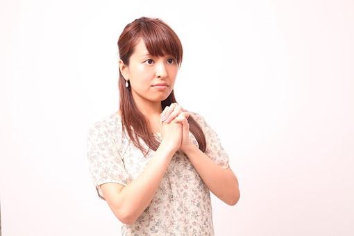 人 人間 人物 人物写真 ポートレート ポートレイト 女性 女 女の人 若い女性 女子 レディー 日本人 茶髪 ブラウンヘア セミロングヘア  白色 白背景 白バック ホワイトバック  手 指 ポーズ 手のポーズ  肘を曲げる 手を組む 頼む 願う お願い 懇願 握る 祈る 装身具 ピアス アクセサリー mdfj012