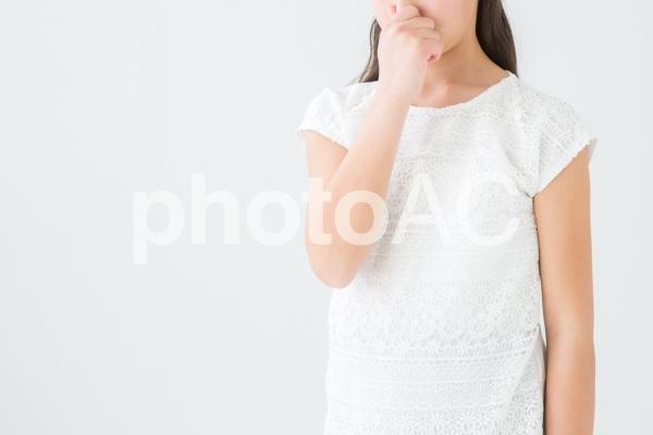鼻をつまむ女の子の写真