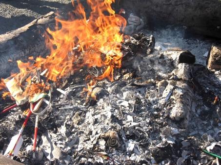 どんど焼き 初詣 神社 正月 焚き火 火 お参り 初詣素材 お正月素材 焼く 燃える 炭 火 お参り素材 絵馬 弓矢 和風 伝統 行事