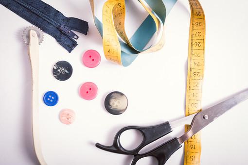 ソーイング 縫い物 裁縫 洋裁 手芸  手仕事 裁縫道具 裁縫用品 アップ 素材  趣味 ハンドメイド ホビー 生活 暮らし  小物 手縫い ファッション 縫う 針仕事 ボタン ハサミ はさみ 鋏 メジャー 雑貨 日用品 ファスナー 白バック 白背景