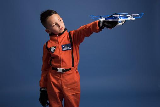 背景 ダーク ネイビー 紺 男の子 男子 男児 男 子ども こども 子供 1人 ひとり 一人  児童 宇宙服 宇宙 服 スペース スペースシャトル 宇宙飛行士 飛行士 オレンジ 希望 夢 将来 未来 体験 職業体験 職業 小道具 小物 おもちゃ ラジコン 外国人  mdmk009
