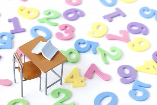 カラフルな数字と机の写真