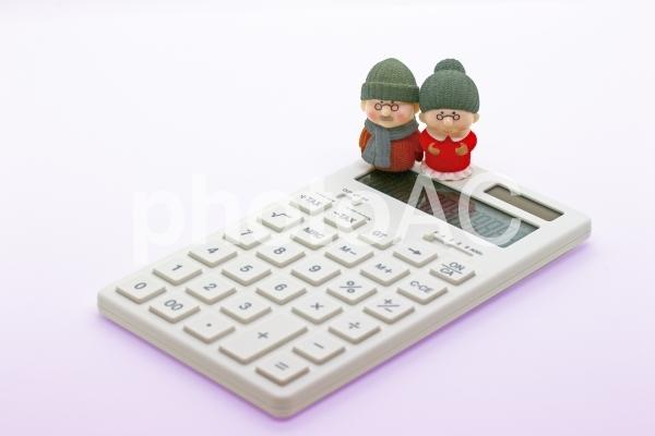 シニア夫婦と電卓の写真