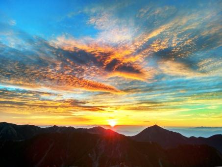 朝焼け ご来光 山 シルエット 日の出 朝日 北アルプス 登山 空 雲 グラデーション 彩り 光 サンライズ 早朝 色 鮮やか カラフル バックグランド バック 自然 素材 風景 景色 壁紙 背景 青 橙色 黄色 オレンジ色
