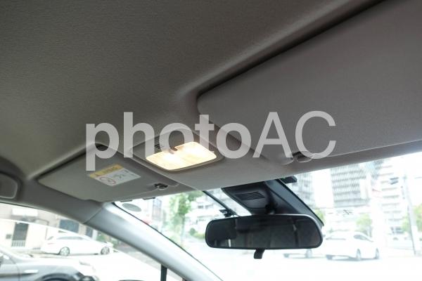 自動車 ルームミラーとルームランプの写真
