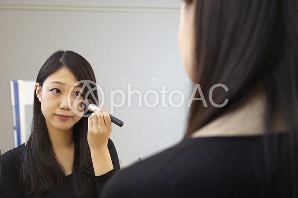 チークをのせる女性5の写真