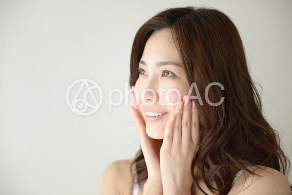 頬に手を当てる女性11の写真